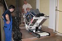 Mobilní plošina vyveze vozíčkáře do svitavské obřadní síně i za úředníky, kteří sídlí v historické budově.