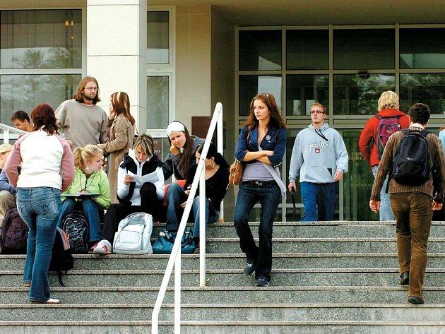 Několik studentů Královéhradecké univerzity platí za prodloužení studia o více než jeden rok nad standardní dobu. Univerzita v Hradci Králové si tak přišla v roce 2006 na 3,5 milionu korun.