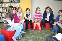 DĚTI z čtenářského kroužku si včera společně s knihovnicí Jindřiškou Soudkovou povídaly o knížkách.