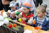 Velikonoční zvyky se nesly ve středu svitavským náměstím. Děti malovaly vajíčka, hladily mláďata zvířat. Někteří odvážlivci zkoušeli také plést pomlázku.