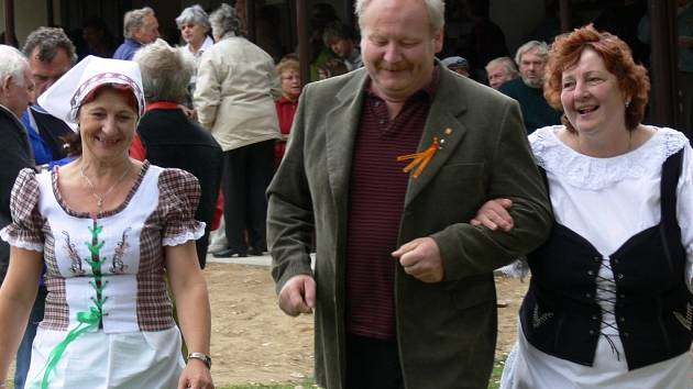 Selky z Trstěnice unesly litomyšlského starostu Michala Kortyše. Údajně s nimi protancoval už dvoje střevíce.
