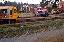 NA STŘEŠE na kolejích na litomyšlském nádraží skončil předevčírem v 16.15 hodin Volskwagen Passat, jehož řidič prchal před policií. Ta se ho marně snažila zastavit za spáchání blíže nespecifikovaného přestupku na průtahu městem.