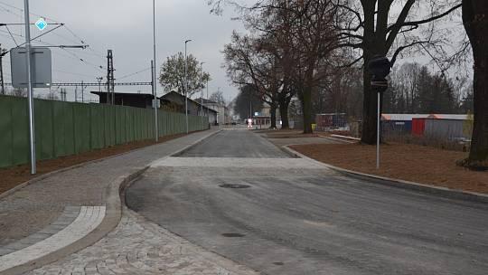 Severní část přednádraží již je hotová a zpřístupněná. Vlevo nově natřený plot, oddělující ulici od kolejiště.