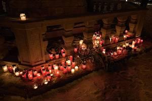 Desítky lidí u morového sloupu na náměstí si ve středu večer připomněly čin Jana Palacha.