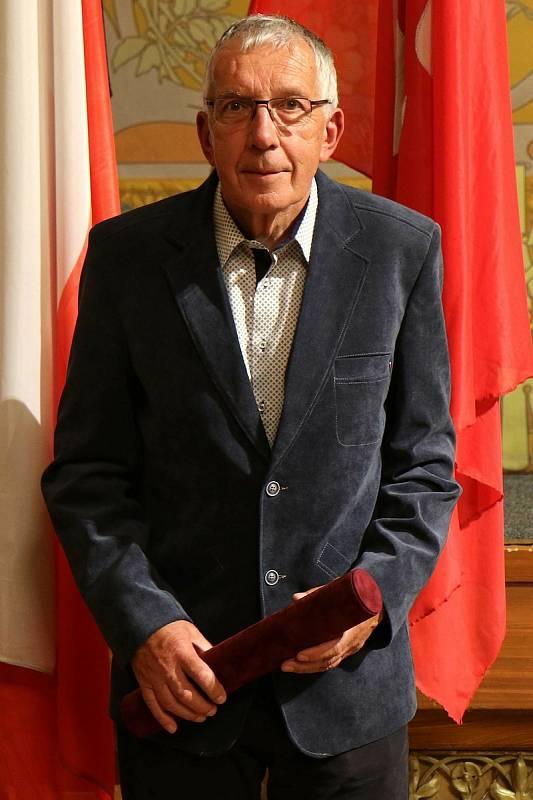 Jan Kubíček byl oceněn za dlouholeté zásluhy v trénování dětí a mládeže v atletice a vedení mladé generace ke sportu a aktivnímu životnímu stylu.