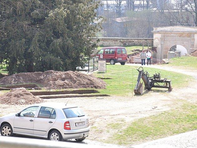Na nádvoří zámku v Moravské Třebové pracují archeologové. Zachytili zbytky hradu.