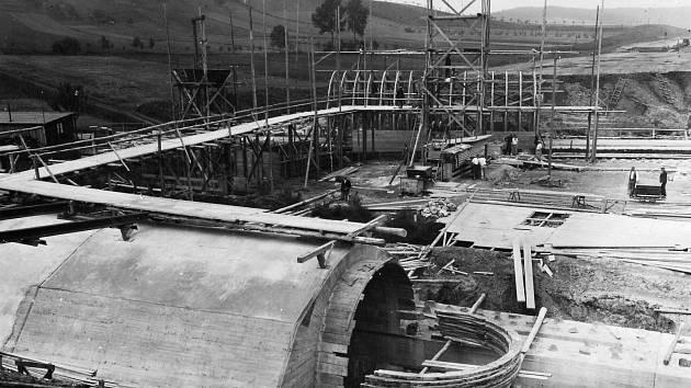 MÚK JEVÍČKO. Stavba mostů přes Malonínský potok a silnici do Smolné křižovatky Jevíčko v roce 1942.