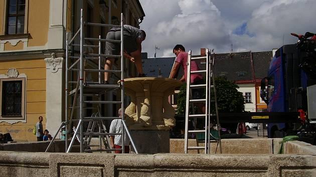 Socha svatého Jiří je zpět na barokní kašně v Poličce