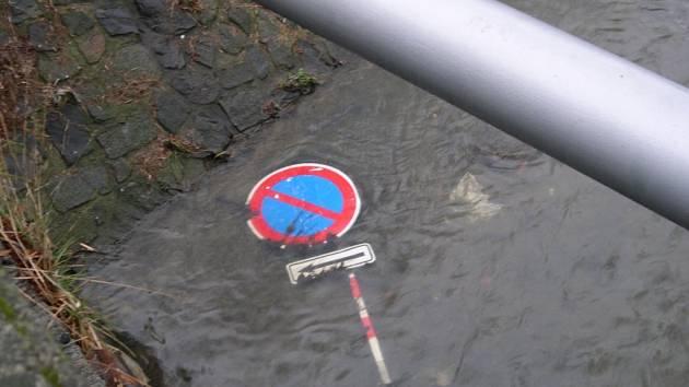Značka skončila ve vodě.