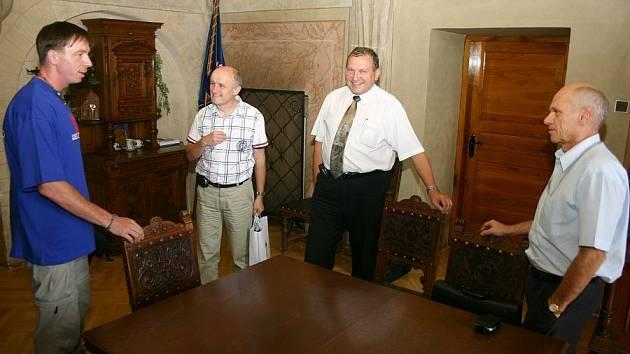 Starosta Josef Ošťádal a místopředsedové Miloš Izák a Václav Mačát  při setkání s Romanem Langrem.