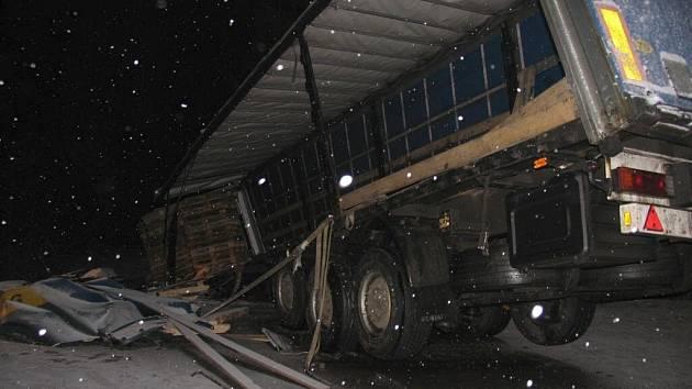 Kamion s ocelí zablokoval hlavní tah na Moravu.