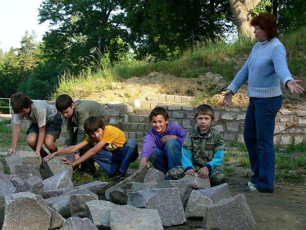 Duší projektu je učitelka Kateřina Kopecká. Školáci pomáhají při stavbě expozice.