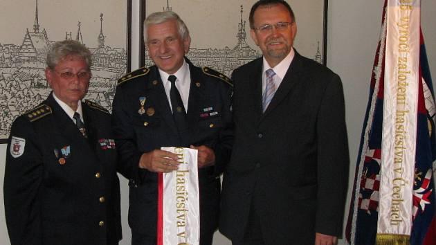 Za Okresní sdružení hasičů ve Svitavách převzal stuhu Arnošt Maiwald, který vstoupil k hasičům před 43 lety.