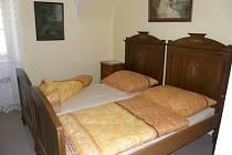 Interiéry pokojů ubytovny v areálu hradu