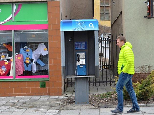 Telefonní budka na ulici Erbenova bude minulostí. Ve Svitavách zbude posledních jedenáct veřejných automatů.
