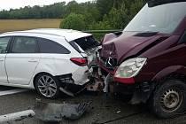Následkem karambolu bylo poničeno dohromady pět automobilů.
