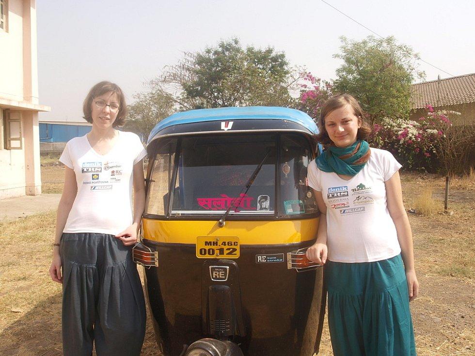 Klára Večeřová (vpravo) se spolužačkou Andreou Blažkovou poznávají běžný život v Indii. Setkávají se i s nejchudšími lidmi.