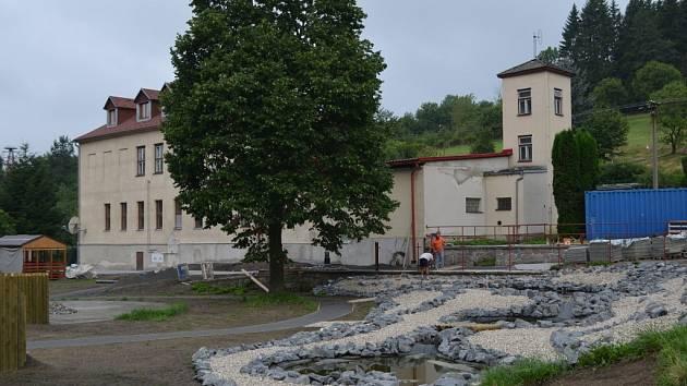 Přírodní hřiště s jezírky i záhony vzniká ve Svojanově v místech bývalého koupaliště.