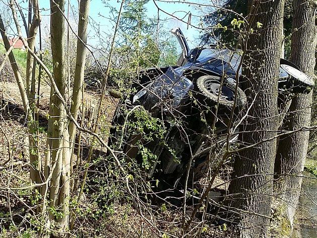 Řidičku havarovaného automobilu transportoval do nemocnice vrtulník.