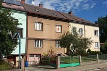Dům č. 4 v ulici Kapitána Nálepky ve Svitavách je na prodej. Zařízení pro ohrožené děti ale starousedlíci v ulici nechtějí.