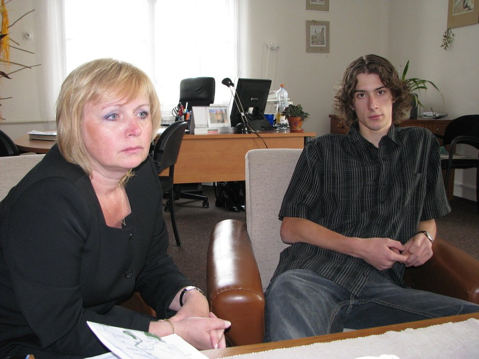 Ředitelka Ivana Hynková a student Petr Bubeníček.