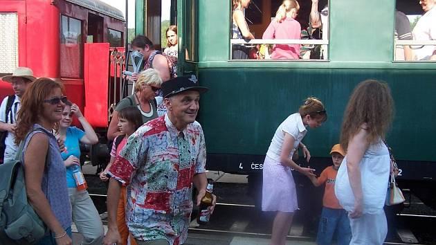"""David Vávra se v parním vlaku s radostí sobě vlastní ujal role železničního zaměstnance a """"štípal"""" jízdenky."""