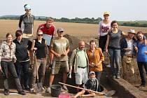 PARTA MLADYCH LIDI, nadšenců do archeologie, zkoumá pole u Jevíčka a hledá fragmenty  staveb a předmětů z doby římské.