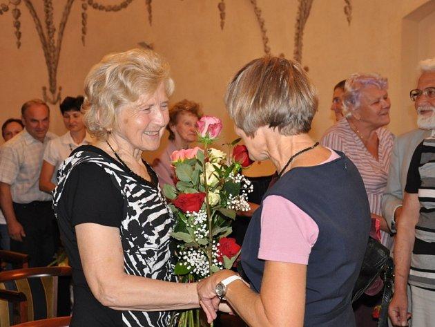 Lékařce Haně Šmákalové  přišli popřát také její kolegové. Mezi gratulanty s květinami ale nechyběli ani pacienti  známé  lékařky.