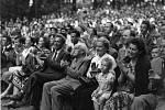 Zdeněk Nejedlý při smetanovských oslavách vzámeckém parkuv roce 1952; vpravo od Nejedlého sedí Marie Drbohlavová, nalevo od něho je předseda místního národního výboru Josef Dlouhý, ministrova vnučka Hana a dcera Zdenka Nedvědová.