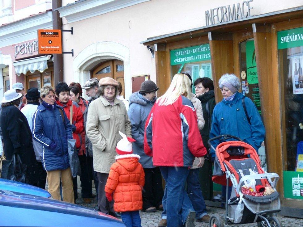 FRONTA PŘED INFORMAČNÍM CENTREM. Ve středu ráno byl zahájen prodej vstupenem na 50. ročník Smetanovy Litomyšle.
