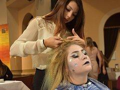 Budoucí kadeřnice se na školní soutěži v Poličce vydaly do pohádky.