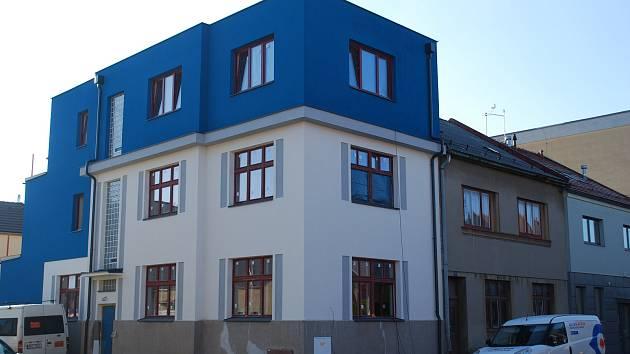 První nájemníci se stěhují do nových sociálních bytů.
