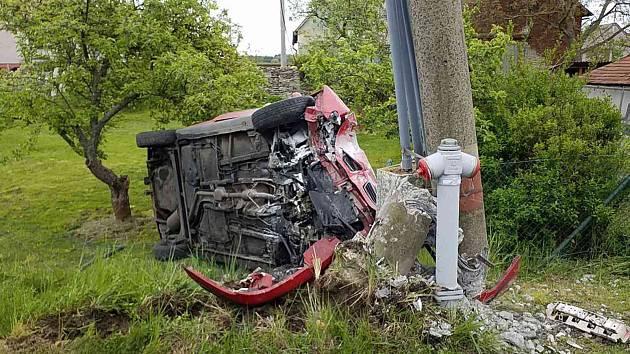 Řidič s autem přerazil v pátek ráno v Pohodlí sloup elektrického vedení.