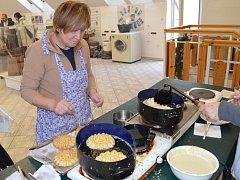 VÁNOČNÍ HNÍZDA. Sváteční pečivo připravují hospodyňky  pomocí speciální formy.
