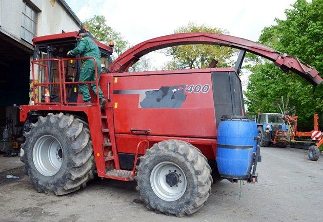 ZEMĚDĚLCI na některých místech svitavského okresu nemohou kvůli dešti s technikou do polí. Seřizovači ve Vendolí dávají  stroje do pořádku, aby  s nimi mohli brzy vyjet  vyjet.