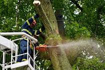 BOUŘKA způsobila v Kamenné Horce nemalé škody. Odstraňování následků trvalo několik hodin. Kromě hasičů se do práce zapojili také místní obyvatelé.