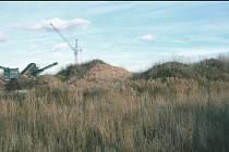 BÝVALÁ SKLÁDKA. Podle územního plánu zde měl rekultivací vzniknout lesopark. Vlastník, kterým je litomyšlská firma Profistav, má s pozemkem údajně jiné záměry.