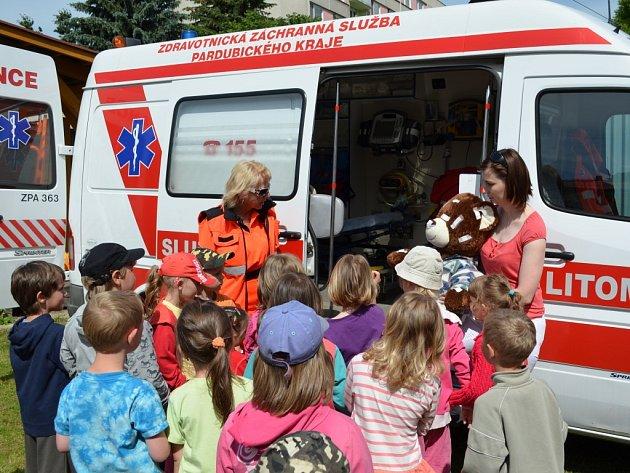 Na plyšácích se děti v mateřince v Brněnci učí první pomoc. Tentokrát za nimi přijeli i záchranáři.