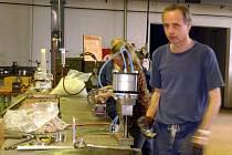 Ilustrační foto: ZAMĚSTNANCI strojíren likvidují starou munici.  Listopadový výbuch nebyl ve firmě první.