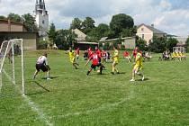 Staří páni na fotbalovém turnaji v Chornicích
