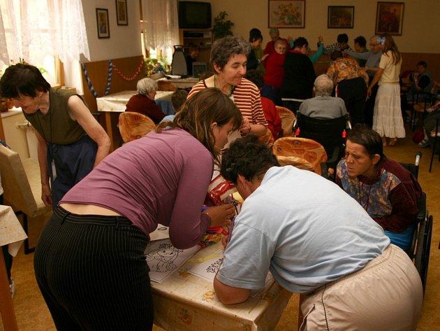 Klientky Domova na rozcestí se do sobotního programu sami zapojily, když připravily koláž na motivy jedné z odehraných pohádek.