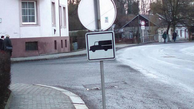 VTIPÁLEK si pohrál s dopravní značkou před Úřadem práce ve Svitavách.