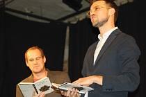 ABSURDNÍ PŘEDSTAVENÍ, ABSURDNÍ PŘÍBĚHY. Lukáš Hejlík (vpravo) a jeho Listování se vydalo letos jinou cestou. Přináší neotřelé příběhy, o nichž možná jen přemýšlíme a sníme.