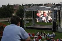 Velké finále promítané na obří obrazovku. Do Klášterních zahrad přišly stovky lidí.