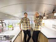 Michal Vodehnal a Martin Dvořák přestavěli starý školní autobus z USA na pojízdnou hospůdku.