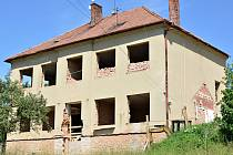 Budova v Němčicích, z níž by měly vzniknout byty pro seniory.