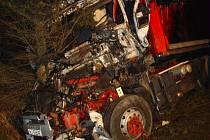 Vážná nehoda u Mikulče se stala ve středu 16. ledna půl hodiny po půlnoci. Řidič kamionu utrpěl těžké zranění a byl převezen na traumatologické oddělení do pardubické nemocnice.