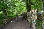 Studenti vojenské školy v Moravské Třebové trénují běh v kanadách a maskáčích.