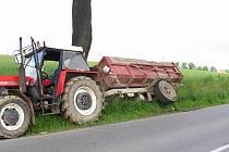 Motorista předjížděl traktor, který následně vytlačil ze silnice.
