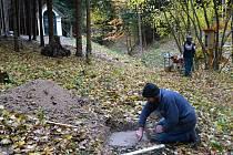 Oprava křížové cesty ke Schlesingerově kapli ve Vysokém lese